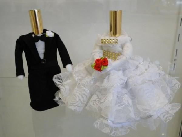 Tous nos flacons de parfum sont, RECHARGEABLES & ORIGINAUX et généralement artisanaux.  Ici vous pouvez admirer des flacons de 50 ml pour un couple de mariés !